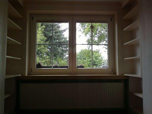 Einbauregal mit Fenstereinfassung